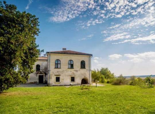 Un palat tocmai a fost scos la vanzare cu 1,1 mil. euro. Vezi aici cum arata