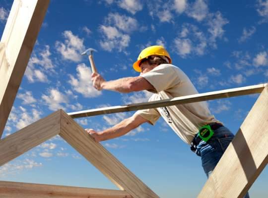 Tot mai puţini români fac reparaţii la case.